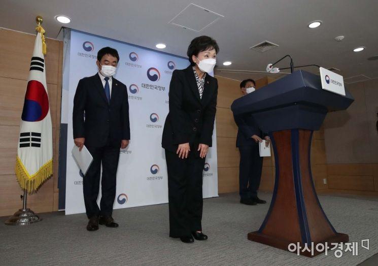 김현미 국토교통부 장관(왼쪽 둘째)이 19일 오전 서울 종로구 정부서울청사에서 서민·중산층 주거안정 지원방안 브리핑을 마친 뒤 인사하고 있다. 사진출처 = 아시아경제