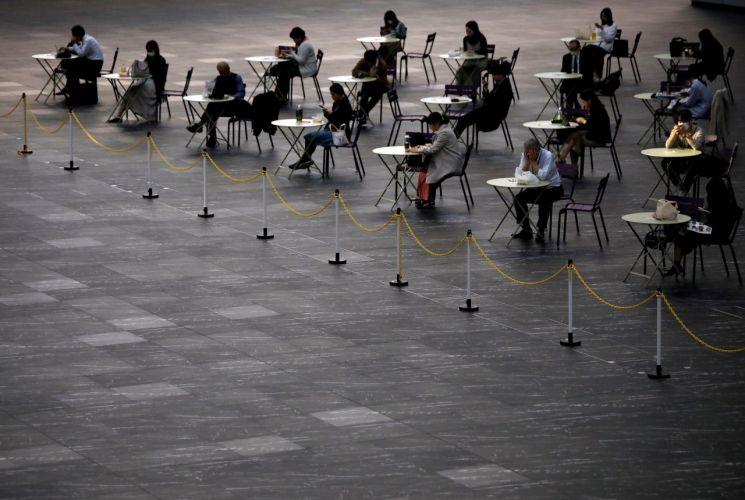 거리두기를 하며 점심을 먹는 일본 도쿄 시민들/사진=연합뉴스