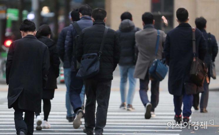 초겨울 추위가 찾아온 20일 서울 종로구 광화문 사거리에서 두꺼운 옷을 입은 시민들이 출근길 발걸음을 옮기고 있다.