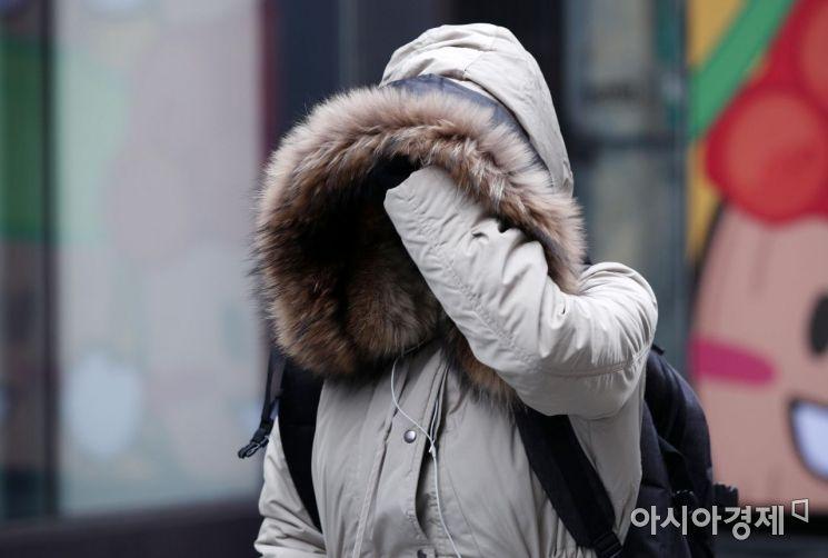 최저기온이 큰 폭으로 떨어져 쌀쌀해진 20일 서울 명동거리에서 두터운 옷을 입은 시민이 발걸음을 재촉하고 있다./김현민 기자 kimhyun81@