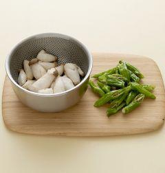1. 미니 새송이버섯은 물에 살짝 씻어 체에 밭친다. 꽈리고추는 물에 씻어 반으로 어슷하게 썬다.