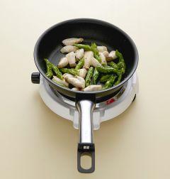 3. 미니 새송이버섯과 꽈리고추를 넣어 중간 불에 2분 정도 볶는다.