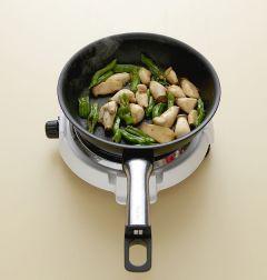 4. 간장과 물엿을 넣고 2분 정도 볶다가 소금과 후춧가루로 간을 한다.