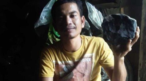 인도네시아인 조슈아와 그의 집 마당에 떨어진 운석. 사진=트리뷴뉴스.