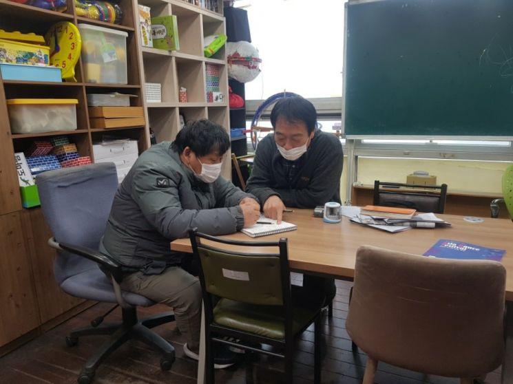 노들장애인야학에서 천성호(오른쪽) 대표 교사가 수업을 하고 있다. (제공=노들장애인야학)