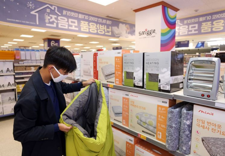 이마트는 온열침낭 등 겨울 의류와 방한 용품을 최대 50% 할인 판매하는 '방한 대전'을 진행한다고 22일 밝혔다. (사진=이마트 제공)