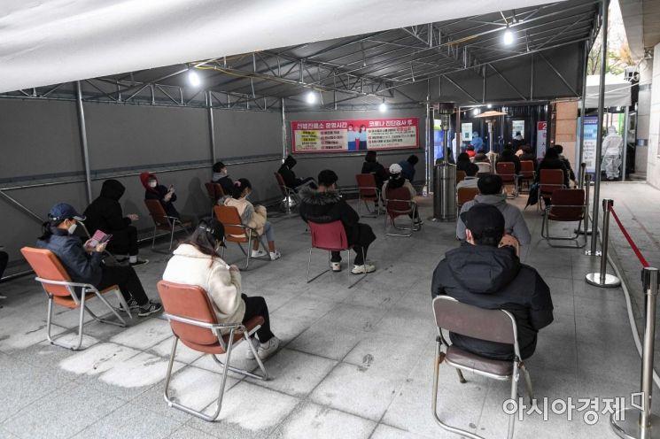 선별진료소를 찾은 시민들이 검사를 기다리고 있다.