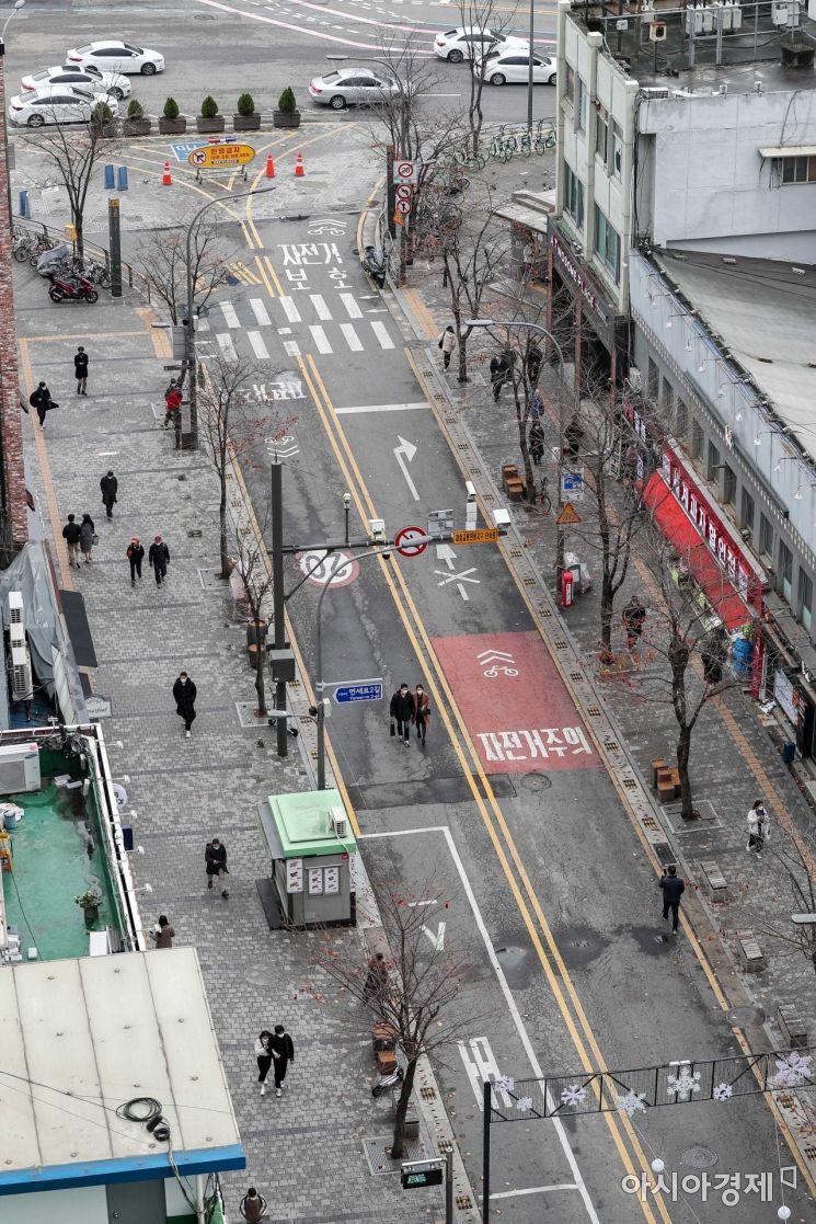 신종 코로나바이러스감염증 확진자가 330명을 기록하면서 확진자수가 닷새 연속 300명대를 유지하고 있는 22일 서울 서대문구 신촌 일대가 한산한 모습을 보이고 있다./강진형 기자aymsdream@