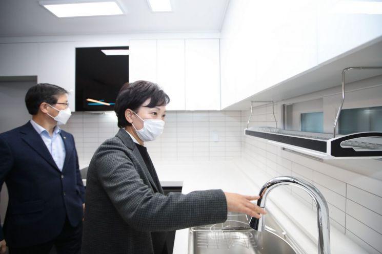 김현미 국토교통부 장관이 22일 서울 은평구 대조동의 한 매입임대주택을 방문해 주거공간을 살펴보고 있다. (사진=국토교통부)