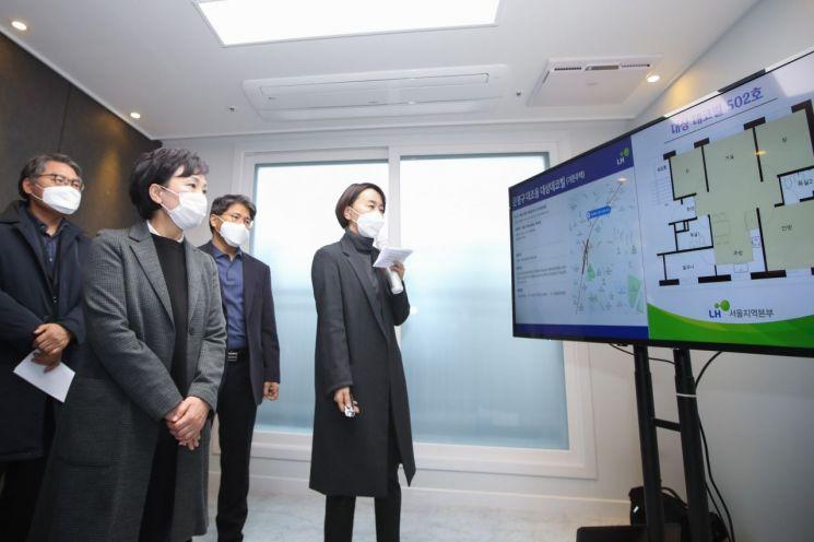 김현미 국토교통부 장관이 22일 서울 은평구 대조동의 한 매입임대주택을 방문해 설명을 듣고 있다. (사진=국토교통부)