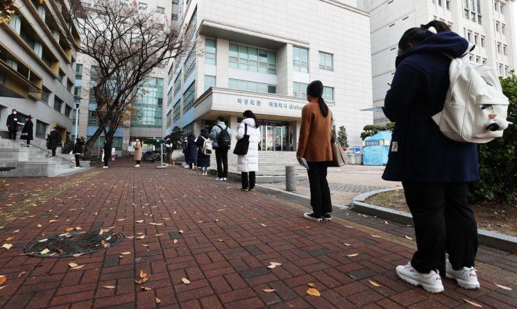22일 서울 동대문구 한국외국어대학교에서 학생부종합전형 면접고사가 열렸다. 이날 고사장 앞에서 수험생들이 '거리두기'를 하며 입실하고 있다.<이미지:연합뉴스>