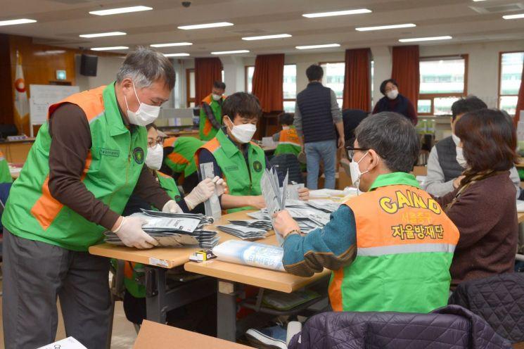 서울 중구청 7층 대강당에서 자율방재단이 마스크 포장 작업 자원봉사를 하고 있다.