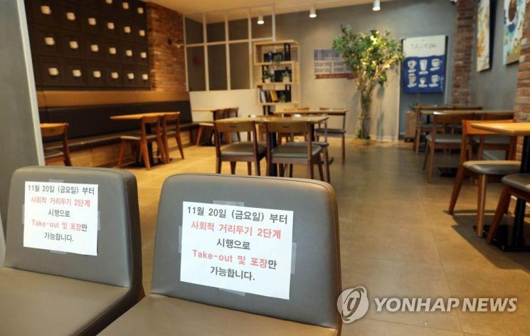 정부가 사회적 거리두기를 2단계로 격상한 가운데, 순천시의 한 프랜차이즈 카페가 한산한 모습을 보이고 있다./사진=연합뉴스
