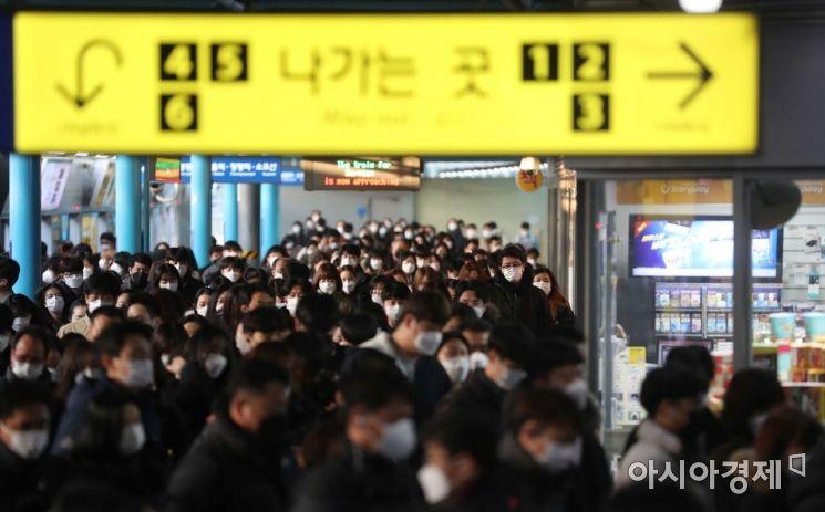 수도권 사회적 거리두기 2단계 격상을 하루 앞둔 23일 서울 신도림역에서 출근길 시민들이 바쁘게 움직이고 있다. /문호남 기자 munonam@