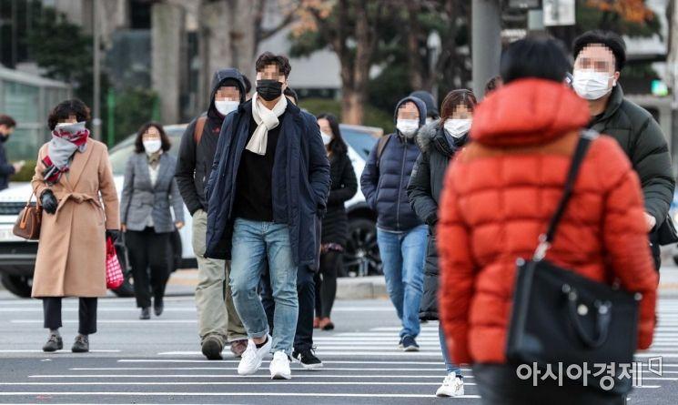 서울 아침 최저 기온이 영하 1.4도를 기록하며 전국 내륙 지역이 영하로 떨어진 23일 서울 종로구 세종로 네거리에서 직장인들이 두꺼운 외투를 입고 출근길에 오르고 있다./강진형 기자aymsdream@