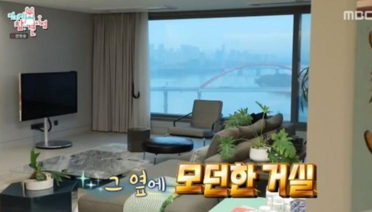 김성령, 한강뷰 아파트 최초 공개…널찍한 거실+깔끔한 인테리어