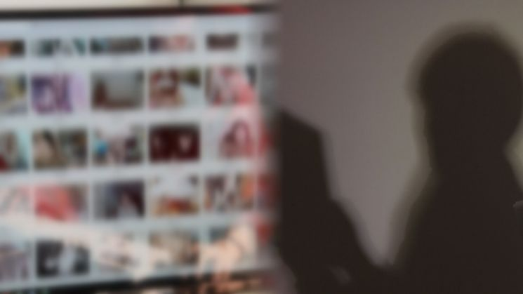 일부 유튜버들이 여성의 신체 부위를 부각하거나 아예 성차별적 영상 콘텐츠를 만들어 논란이 되고 있다. 이들은 썸네일 역시 선정적이고 폭력적인 이미지로 제작해, 사회적 문제가 되고 있다. [이미지출처=연합뉴스]
