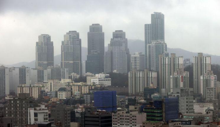 정부가 '서민·중산층 주거안정 지원 방안'을 발표한 지난 19일 오후 서울 강남구 아파트 단지 일대. / 사진=연합뉴스