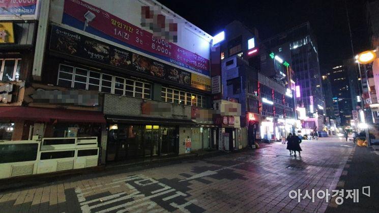 사회적 거리두기 2단계가 시행된 첫날인 24일 0시40분께 서울 강남역 인근 거리. 대부분 식당들이 영업을 중단한 채 불을 끄고 있어 적막감이 맴돌고 있다. 사진=이정윤 기자 leejuyoo@
