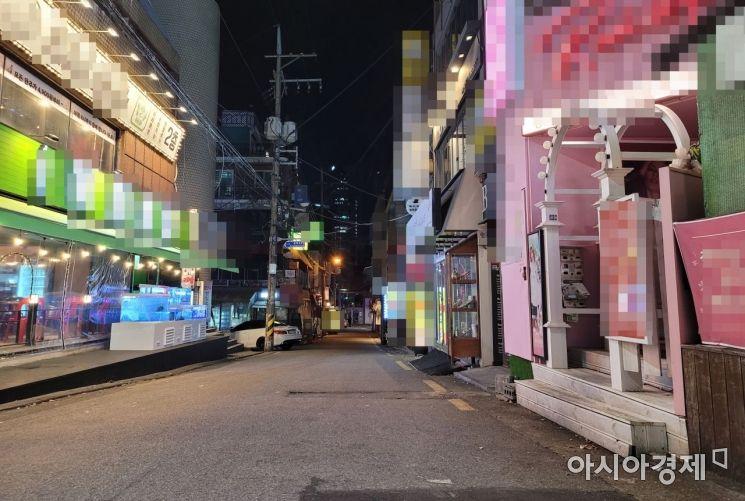 사회적 거리두기 2단계 시행 직전인 23일 오후 11시40분께 서울 마포구 홍익대 인근 거리가 평소보다 한산한 모습을 보이고 있다. 사진=유병돈 기자 tamond@