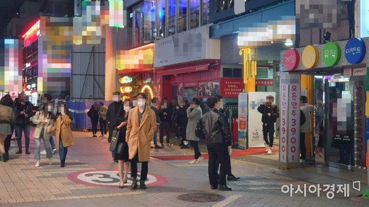 사회적 거리두기 2단계가 시행된 첫날인 24일 0시께 서울 강남역 인근 거리 술집에서 시민들이 영업 종료 시간에 맞춰 밖으로 나오고 있다. 사진=이정윤 기자 leejuyoo@