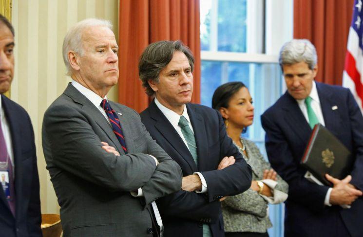 토니 블링컨 국무부 장관 지명자(오른쪽에서 세번째)가 조 바이든 대통령 당선인과 지난 2013년 11월 백악관 대통령 집무실에서 나란히 서있다. [이미지출처=로이터연합뉴스]