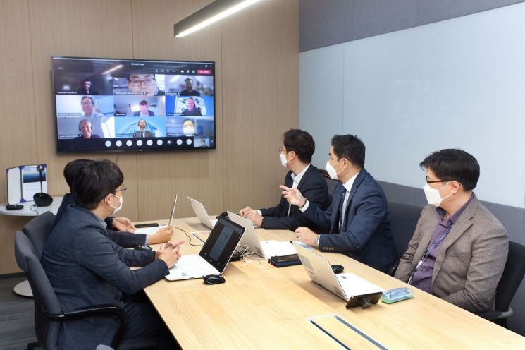 LS전선과 오스테드 직원들이 화상 회의를 진행하고 있다.