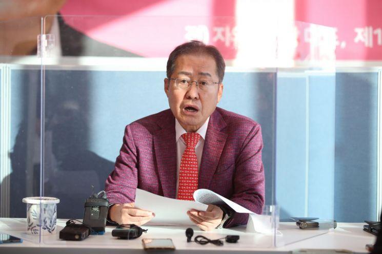 홍준표 무소속 의원(대구 수성구을)이 지난 20일 오후 대구 수성구에 있는 자신의 지역구사무실에서 긴급 기자간담회를 하고 있다/사진=연합뉴스