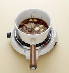 3. 냄비에 분량의 양념 재료와 찢어 놓은 돼지고기, 마늘을 넣고 은근한 불에 10분 정도 조린다. (Tip 돼지고기 삶은 물이 부족하면 물을 더 넣는다.)