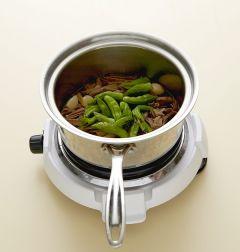 4. 꽈리고추를 넣고 2분 정도 끓인 다음 다진 마늘과 후춧가루를 넣는다.