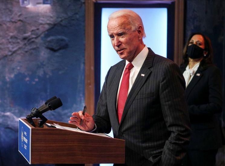 조 바이든 미국 대통령 당선인이 19일(현지시간) 델라웨어주 윌밍턴의 퀸 시어터에서 전국주지사협회(NGA) 집행위원들과 화상 회의를 마친 뒤 카멀라 해리스 부통령 당선인(오른쪽)과 함께 기자회견을 하고 있다. (사진=연합뉴스)