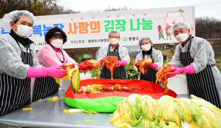 류경기 중랑구청장(왼쪽 세 번째)이 중랑행복농장에서 김장을 담그는 모습