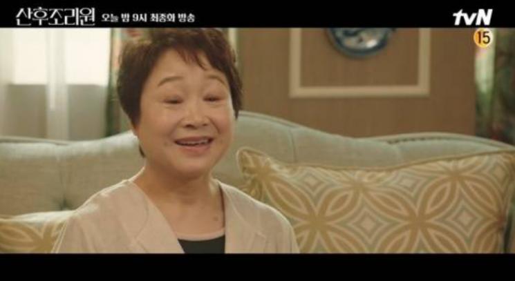 24일  배우 차태현이 드라마 '산후조리원'에 특별출연하면서 엄마 최수민에 관심이 쏠리고 있다. 사진=tvN 캡처.
