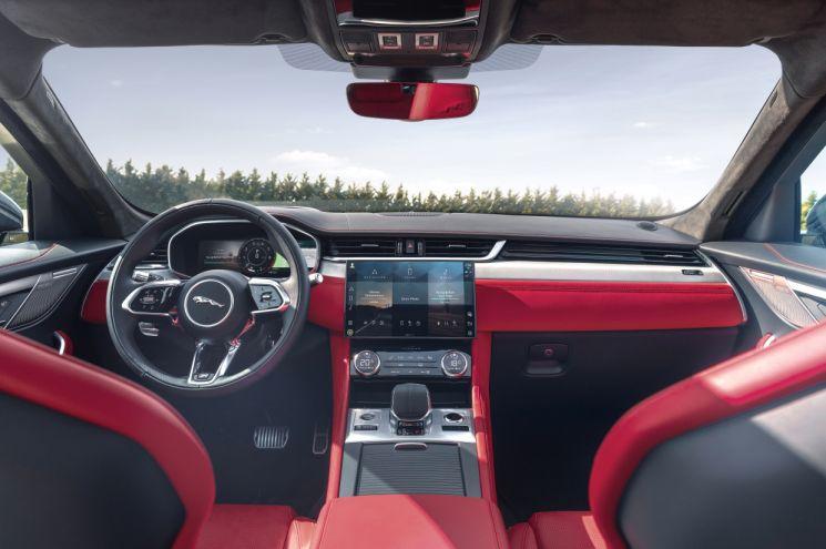 LG전자 인포테인먼트 시스템이 탑재된 재규어 F-PACE의 차량 내부.  [사진제공=LG전자]