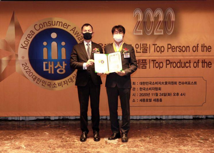 지난 24일 개최된 '2020 대한민국소비자대상' 시상식에서 시상자와 수상자가 기념 사진을 찍고 있다. 사진 왼쪽부터 구스타브 슬라메취카 주한체코대사, 홍성표 KCC글라스 부장. [사진=KCC]