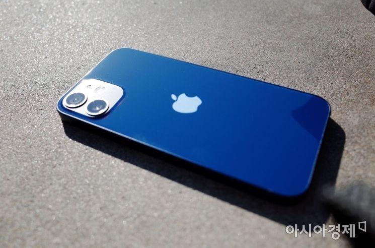 야외에서 촬영한 아이폰12 미니 블루. 측면은 알루미늄, 후면은 유리 소재다. 후면에 지문이 잘 묻어난다.