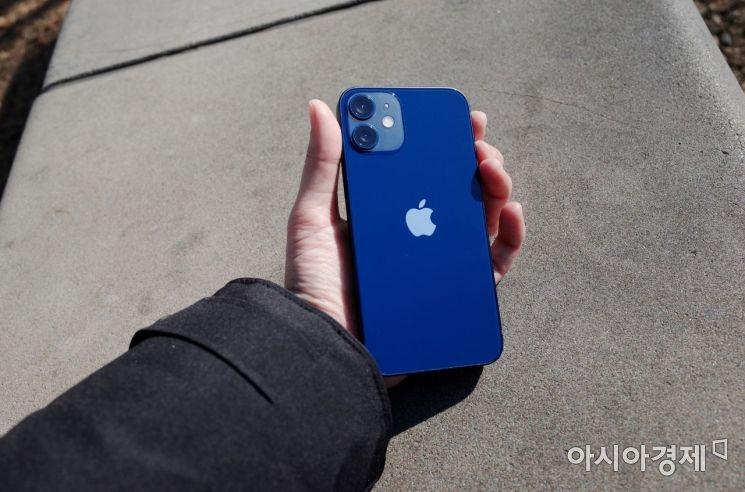 작고 가볍지만 배터리도 작다…'아이폰12 미니' 써보니