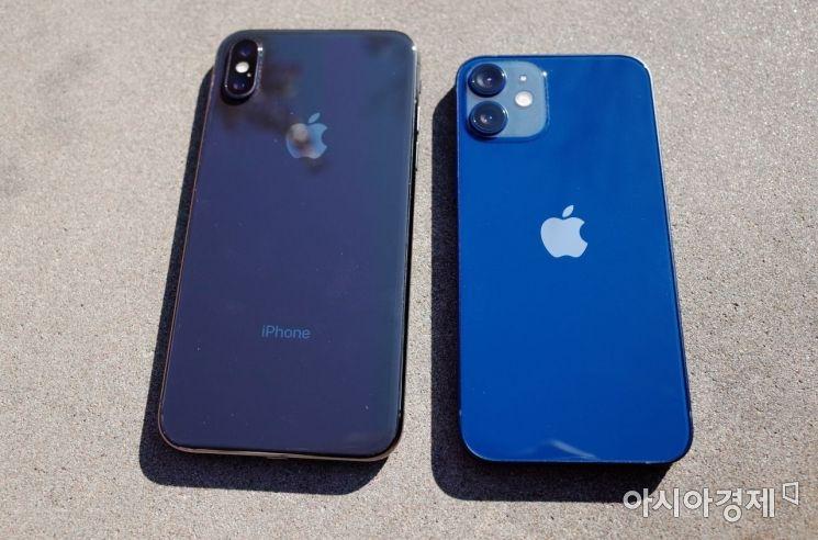 5.8인치 아이폰X 와 5.4인치 아이폰12 미니. 후면 카메라 모듈이 더 커지면서 후면 카메라가 더 도드라져보인다.