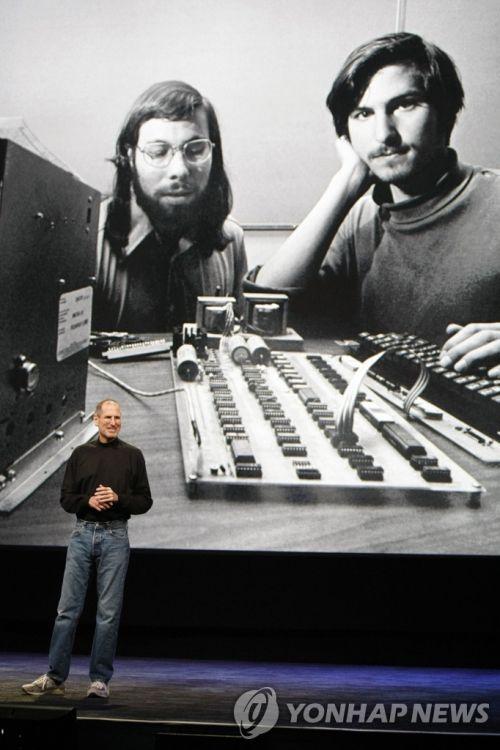 애플을 함께 창업했던 스티브 워즈니악(좌)과 스티브 잡스(우). [이미지출처=AP연합뉴스]