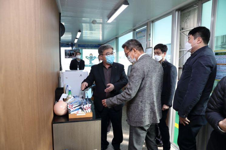 한국석유공사가 25일 한국교통안전공단과 공동으로 울산과 부산 해운대 자동차검사소를 방문하는 시민에게 무료로 마스크와 손소독제를 선물했다.