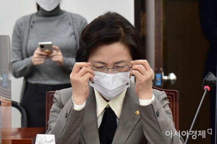 [포토] 안경 쓰는 추미애 장관