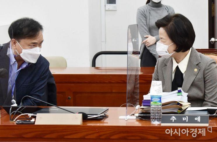 [포토] 인사 나누는 추미애 장관·김종철 교수