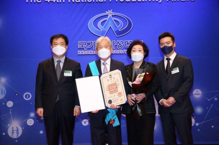 이동호 동희(DONGHEE) 회장(왼쪽에서 두 번째)이 25일 열린 제44회 국가생산성대회에서 금탑산업훈장을 수상한 뒤 기념촬영을 하고 있다.