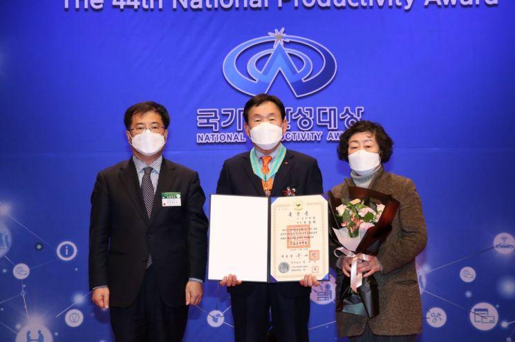 한삼화 삼한씨원 회장(가운데)이 25일 열린 제44회 국가생산성대회에서 은탑산업훈장을 수상한 뒤 기념촬영을 하고 있다.