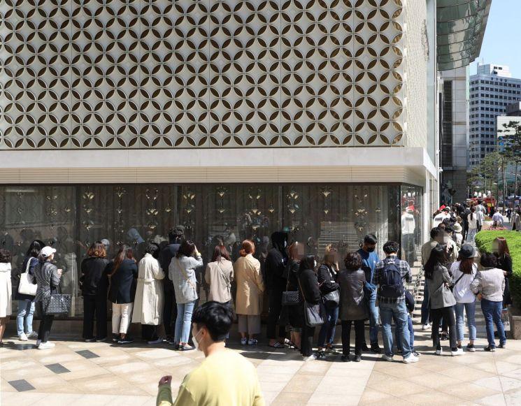 지난해 5월 명품 샤넬이 가격 인상을 예고하자 서울 중구 롯데백화점 본점 명품관 앞에 고객들이 줄을 서고 기다리고 있다. [이미지출처=연합뉴스]