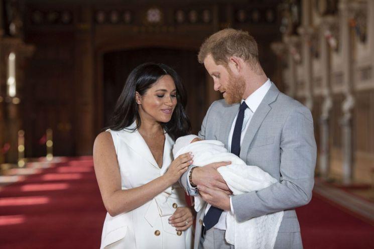 지난해 5월8일 첫째 아들 아치를 공개한 영국 해리 왕자와 메건 마클 왕자비. [이미지출처=AP연합뉴스]