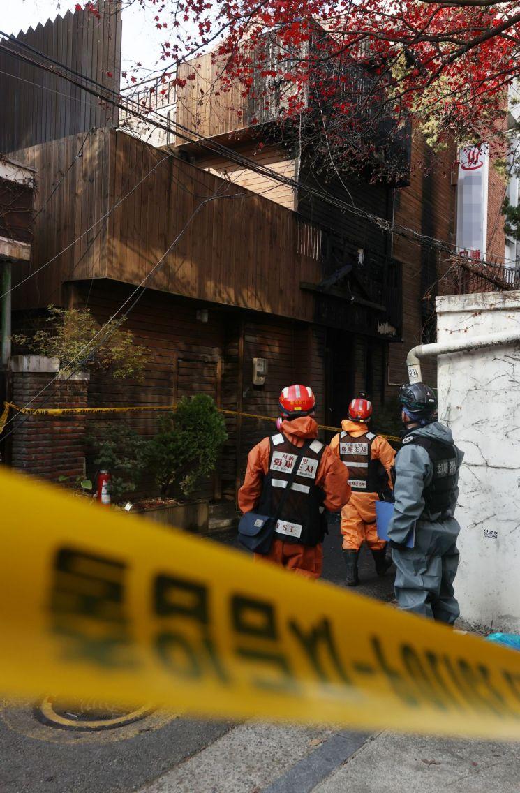 지난해 11월25일 오전 2시 39분께 서울 마포구 공덕동의 한 모텔에서 방화로 인한 화재가 발생해 2명이 숨졌고, 9명이 부상을 입었다. 화재는 이 건물 1층에 장기 투숙했던 60대 남성이 모텔 주인에게 술을 달라고 말다툼을 한 뒤 홧김에 자신의 방에 불을 붙여 시작됐다. 이날 오전 경찰과 소방당국 조사관들이 화재 감식 준비를 하고 있다. [이미지출처=연합뉴스]