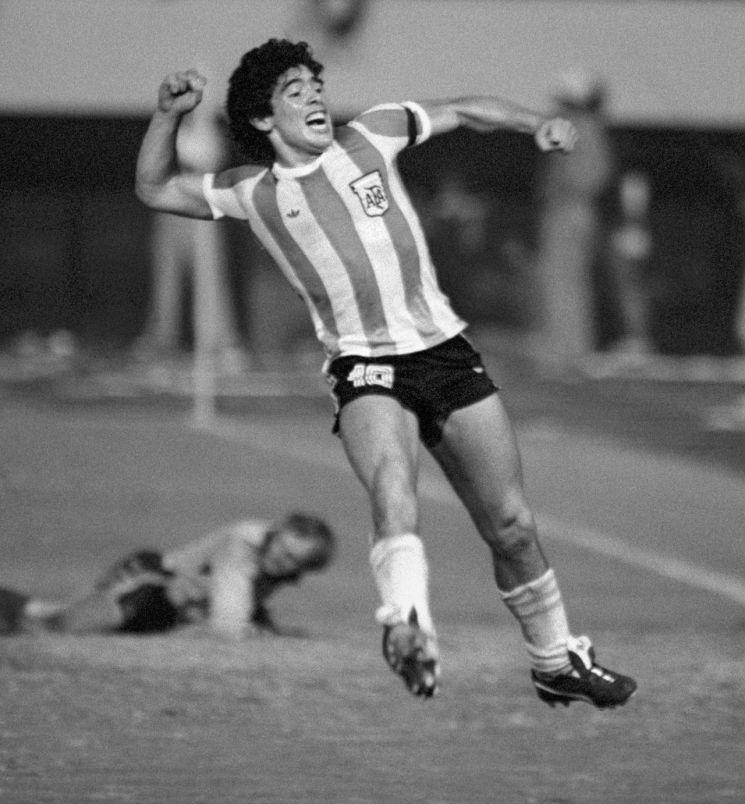 1979년 9월 7일 일본 도쿄의 국립경기장에서 열린 세계청소년축구선수권대회 소련전 후반 35분에 아르헨티나 대표팀의 디에고 마라도나(당시 19살)가 프리킥을 골로 연결한 뒤 뛰어올라 환호하고 있다. [이미지출처=연합뉴스]