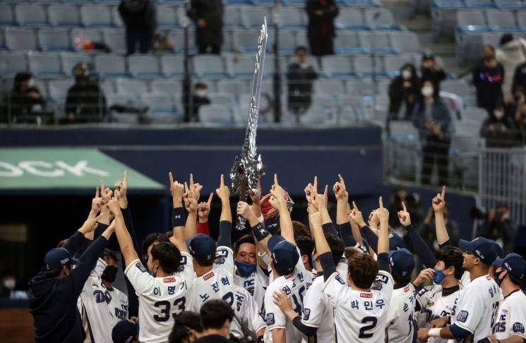 지난 24일 서울 구로구 고척스카이돔에서 열린 2020 프로야구 포스트시즌 한국시리즈 6차전 두산 베어스와 NC 다이노스의 경기. 4-2로 승리를 거두며 우승을 차지한 NC 선수들이 세러머니를 하고 있다. 사진=연합뉴스