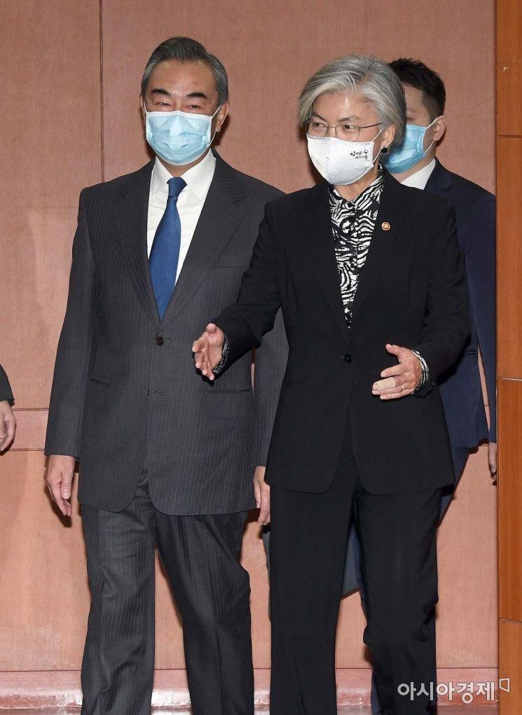 26일 서울 종로구 외교부를 방문한 왕이 중국외교부장이 강경화 외교부장관과 회담하기 위해 회의실에 들어서고 있다./사진공동취재단